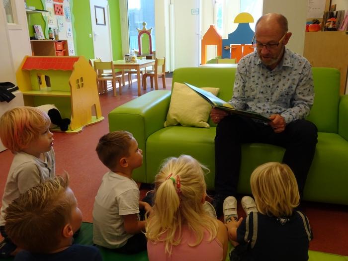Wethouder Bert van Ravenhorst op bezoek bij Kinderdagverblijf Watergeusje in Brielle
